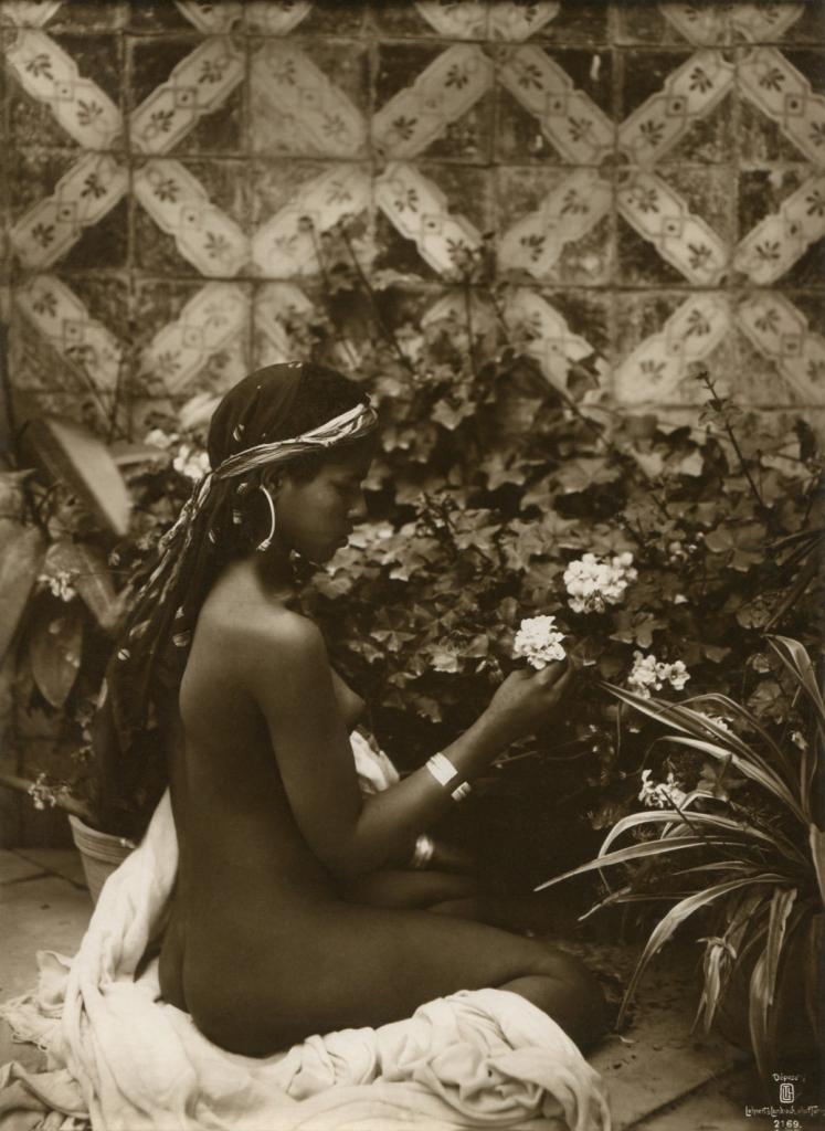 Le portrait d'une jeune fille dans une cour, (Lehnert et Landrock) circa 1910